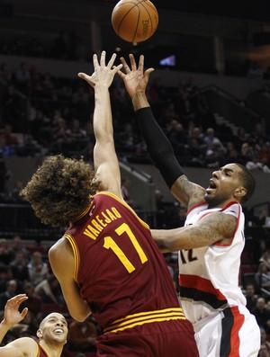 Anderson Varejão contra o Portland (Foto: AP)