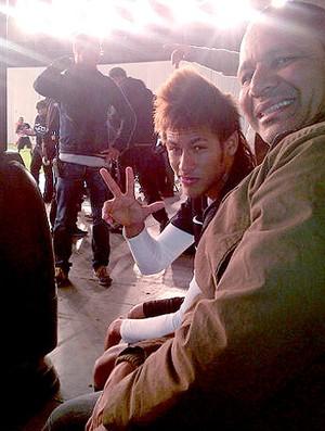 Neymar com o pai durante gravação de comercial (Foto: Reprodução / Twitter)