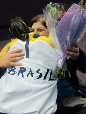 Daniele Hypolito abraça Georgette Vidor para comemorar (Foto: Cahê Mota/Globoesporte.com)