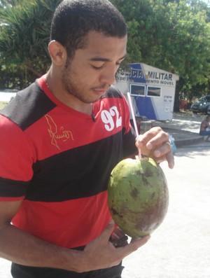 José Aldo toma água de coco no Aterro do Flamengo (Foto: Adriano Albuquerque/SporTV.com)