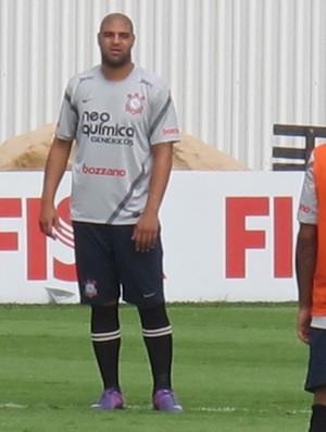 Adriano no treino do Corinthians (Foto: Carlos Augusto Ferrari/Globoesporte.com)