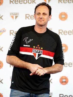 Ceni mostra o uniforme que lembra o usado no mundial de clubes de 2005 (Foto: Marcos Ríbolli / GLOBOESPORTE.COM)