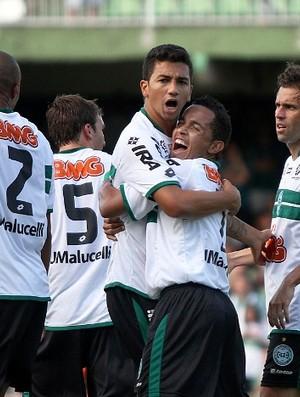 Renan Oliveira comemora gol pelo Coritiba (Foto: Divulgação/Coritiba)