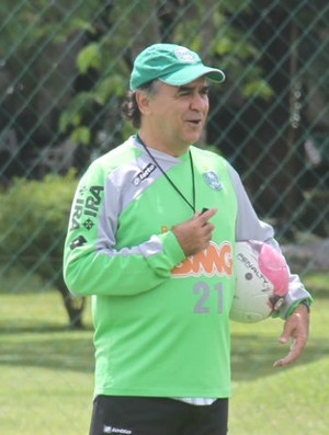 Marcelo Oliveira alegre no treino do Coritiba (Foto: Gabriel Hamilko / GloboEsporte.com)