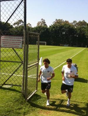 Fabrício corre no gramado do CT da Barra Funda (Foto: Marcelo Prado / GLOBOESPORTE.COM)