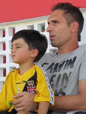 Fernando Prass e o filho no jogo Bangu x Vasco (Foto: Gustavo Rotstein/Globoesporte.com)