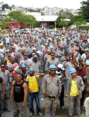 operários fazem greve nas obras da Fonte Nova para 2014 (Foto: Futura Press)