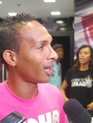 Liedson em sessão de autógrafo (Foto: Marcos Guerra/ Globoesporte.com)
