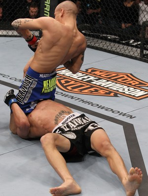 Dustin Poirier finaliza Max Holloway no UFC 143 (Foto: Getty Images)