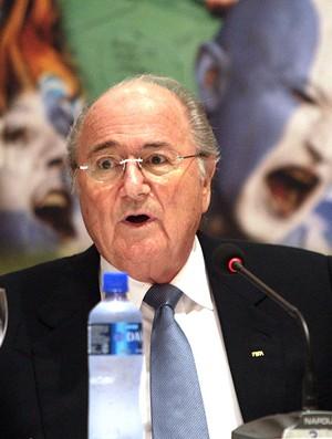 Blatter, presidente da FIFA, durante conferência no Paraguai (Foto: EFE)