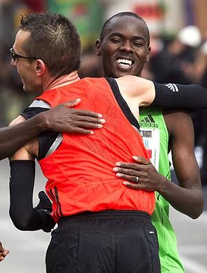 Carles Castillejo vence meia maratona internacional na Espanha e abraça Patrick Makau (Foto: EFE)
