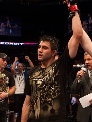 Carlos Condit comemora vitória sobre Nick Diaz no UFC 143 (Foto: Divulgação/UFC)