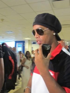Ronaldinho desembarque Argentina Flamengo (Foto: Janir Júnior / Globoesporte.com)