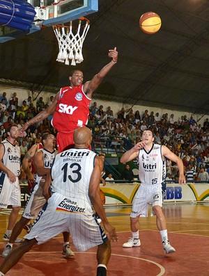 basquete Shamell Uberlândia x Pinheiros (Foto: João Pires / LNB)