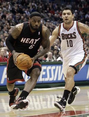Lebron James e Delfino - Heat x Bucks (Foto: ASSOCIATED PRESS AP)