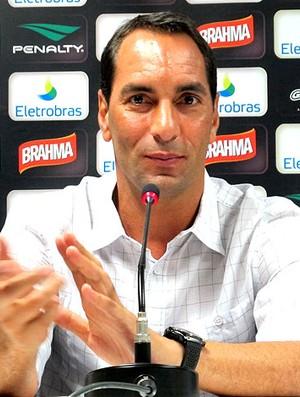 Edmundo durante coletiva no Vasco (Foto: Thiago Fernandes / GLOBOESPORTE.COM)