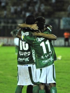 Bugrinos festejam gol do Guarani contra o Comercial (Foto: Rodrigo Villalba/Memory Press)