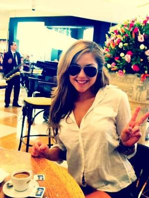 Brittney Palmer posa no hotel, no Brasil (Foto: Reprodução/Twitter)