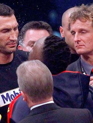 Dereck Chisora cospe na cara do irmão de Vitali Klitschko (Foto: Reuters)