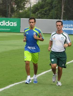 Valdivia, do Palmeiras, corre no gramado ao lado do preparador Marco Aurélio Schiavo (Foto: Diego Ribeiro / globoesporte.com)