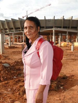 Dona Zelita em frente ao Mineirão - 3 (Foto: Lucas Catta Prêta / GLOBOESPORTE.COM)