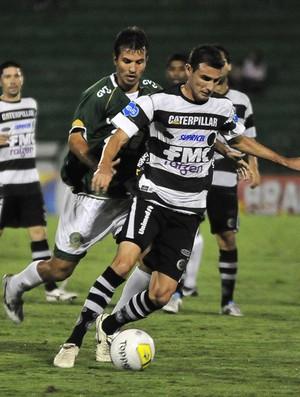 Diguinho tenta avançar observado pro Danilo Sacramento, durante partida entre Guarani e XV de Piracicaba (Foto: Rodrigo Villalba / Memory Press)