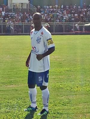 Ditinho, com a camisa comemorativa pelos 200 jogos pela URT (Foto: Paulo Barbosa / TV Integração)