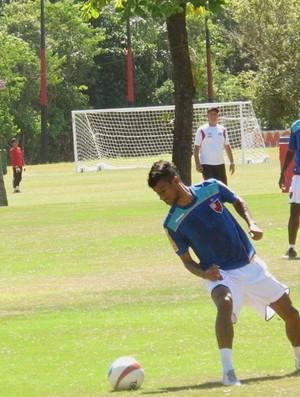 Léo Moura treina com bola no ninho  (Foto: Janir Júnior / Globoesporte.com)