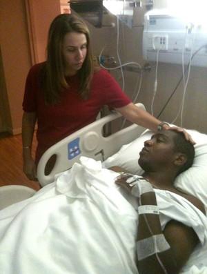 Patricia amorim visita renato abreu hospital cirúrgia  (Foto: Cadu Machado (Master Sports & Marketing))