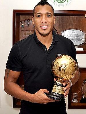 Victor Simões com a Bola de Ouro na Arábia Saudita (Foto: Divulgação)