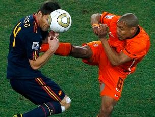 Nigel de Jong entrada dura jogo Holanda x Espanha final (Foto: Reuters)