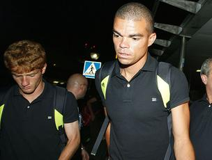 Pepe no embarque do Real Madrid (Foto: EFE)