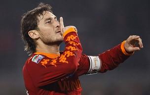Totti comemora gol do Roma contra o Juventus (Foto: Reuters)
