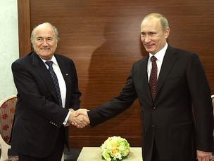 Blatter e Vladimir Putin durante conversa sobre a Copa de 2018 na Rússia (Foto: AP)