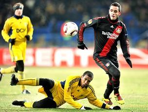 Renato Augusto na partida do Bayer Leverkusen contra o Metalist (Foto: AFP)
