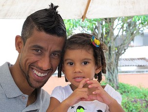 Léo Moura e a filha Isabella flamengo (Foto: Eduardo Peixoto/Globoesporte.com)