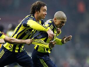 Alex comemora gol do Fenerbahçe com Lugano (Foto: Reuters)