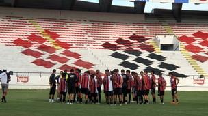 Zé Teodoro conversa com os jogadores do Santa Cruz (Foto: Marcelo Prado / GLOBOESPORTE.COM)