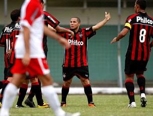 Madson comemora gol do Atlético-PR contra o Rio Branco (Foto: Futura Press)