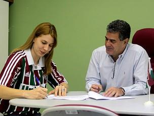 Natália Falavigna assina contrato com o Fluminense (Foto: Ralff Santos / FluminenseFC)