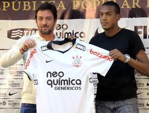 Edenílson é apresentado no Corinthians (Foto: Carlos Augusto Ferrari / GLOBOESPORTE.COM)