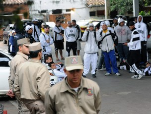 torcida santos presa paraguai (Foto: agência AFP)