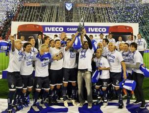 Vélez comemora título argentino antes do jogo com o Racing (Foto: EFE)