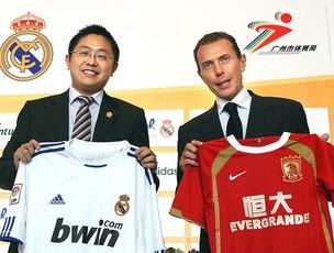 Liu Yongzhuo, presidente do Guangzhou Evergrande e Emilio Butragueno, ex-jogador do Real Madrid (Foto: AP)