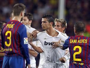 Cristiano Ronaldo em confusão, Barcelona x Real Madrid (Foto: EFE)