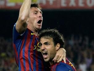 Messi e Fabregas comemoram gol do Barcelona sobre o Real Madrid (Foto: Reuters)