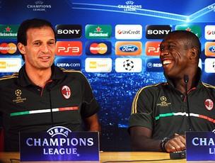 Massimiliano Allegri e Seedorf na coletiva do Milan (Foto: AFP)