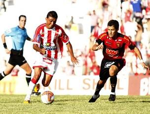 Kieza no clássico contra o Sport (Foto: André Nery / Agência Náutico)