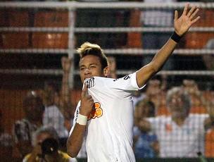Neymar comemora gol do Santos contra o Atlético-PR (Foto: Ag. Estado)