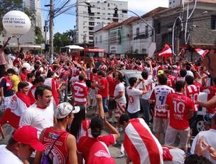 Torcida chegando nos Aflitos (Foto: Elton de Castro/GLOBOESPORTE.COM)